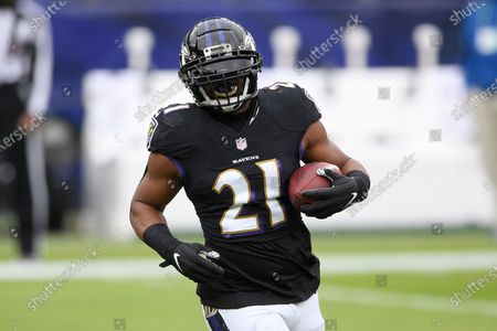 Baltimore Ravens running back Mark Ingram works out prior to an NFL football game against the Tennessee Titans, in Baltimore
