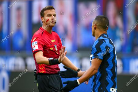 Federico La Penna (Referee) and Alexis Sanchez (FC Inter)