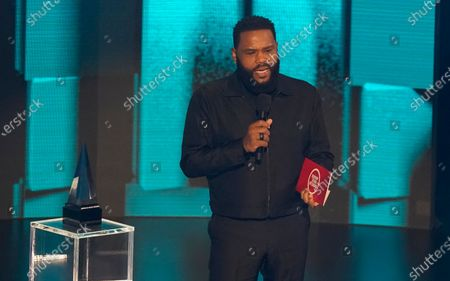 Anthony Anderson presents the award for favorite pop/rock duo or group at the American Music Awards, at the Microsoft Theater in Los Angeles