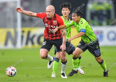 Aaron Mooy (L) of Shanghai SIPG vies with Choi Chul-Soon of Jeonbuk Hyundai Motors during the group H match between Shanghai SIPG of China and Jeonbuk Hyundai Motors of South Korea at the AFC Champions League 2020 in Doha, capital of Qatar, Nov. 22, 2020.