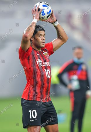 Hulk of Shanghai SIPG makes a throw-in during the group H match between Shanghai SIPG of China and Jeonbuk Hyundai Motors of South Korea at the AFC Champions League 2020 in Doha, capital of Qatar, Nov. 22, 2020.