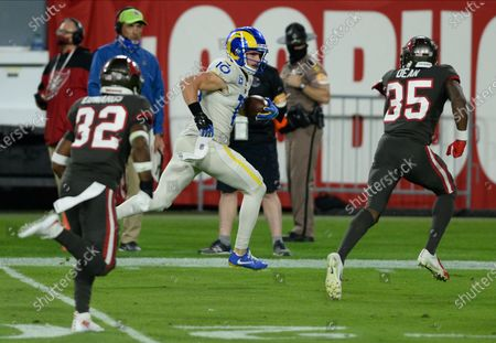 Los Angeles Rams wide receiver Cooper Kupp (10) runs at Tampa Bay Buccaneers cornerback Jamel Dean (35) during the first half of an NFL football game, in Tampa, Fla