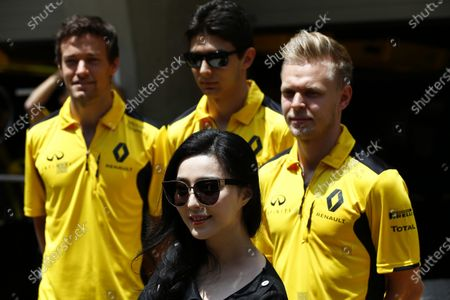 Shanghai International Circuit, Shanghai, China. Sunday 17 April 2016. Jolyon Palmer, Renault Sport F1, Esteban Ocon, Test and Reserve Driver, Renault Sport F1, Kevin Magnussen, Renault Sport F1 with Chinese actress, Fan Bing Bing. World Copyright: Andy Hone/LAT Photographic