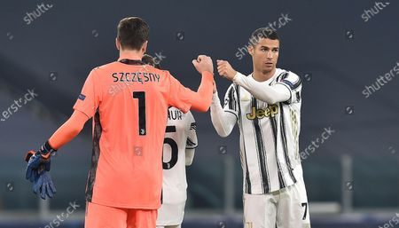 Juventus' goalkeeper Wojciech Szczesny (L) and teammate Cristiano Ronaldo during the UEFA Champions League group G soccer match Juventus FC vs Ferencvaros at the Allianz stadium in Turin, Italy, 24 November 2020.