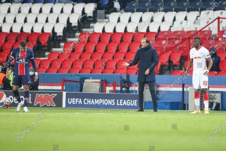 PSG's German head coach Thomas Tuchel talks to his players during the UEFA Champions League Group H second-leg football match between Paris Saint-Germain (PSG) and RB Leipzig