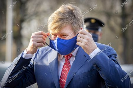 King Willem-Alexander visited Thebes, a nursing ward for corona patients in Breda. In the isolated corona department of the Thebes care organization and the MARQ rehabilitation clinic, the King received an explanation about the protective measures for the nursing staff and for visitors to the patients.