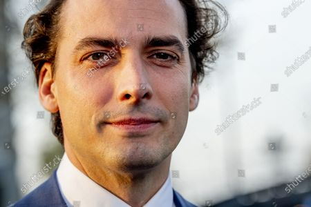 Thierry Baudet comes out to speak to the press. Baudet has not been expelled from the Forum for Democracy party board, but board members have asked him to step down from the board. Van der Linden will temporarily take over the chairmanship from Baudet, who, in addition to being the head of the list, also resigns the party chairmanship at the request of the board. The reason is the reports of the past days about anti-Semitic and homophobic messages circulating in app groups of JFVD, the party's youth movement.