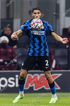 Achraf Hakimi of Internazionale controls the ball