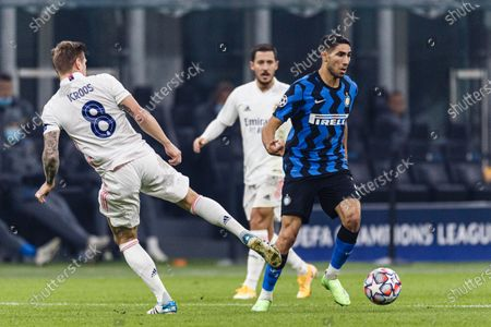 Achraf Hakimi of Internazionale (R) dribbles Toni Kroos of Real Madrid (L)