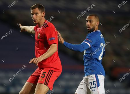 Jan Vertonghen (L) of Benfica in action against Kemar Roofe (R) of Rangers during the UEFA Europa League goup D soccer match between Glasgow Rangers and Benfica Lisbon in Glasgow, Britain, 26 November 2020.