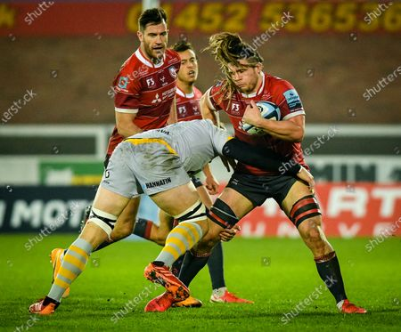 Ben Morris of Wasps attempts a tackle on Jordy Reid of Gloucester Rugby during the Gallagher Premiership match between Gloucester Rugby and Wasps, 28 November 2020.