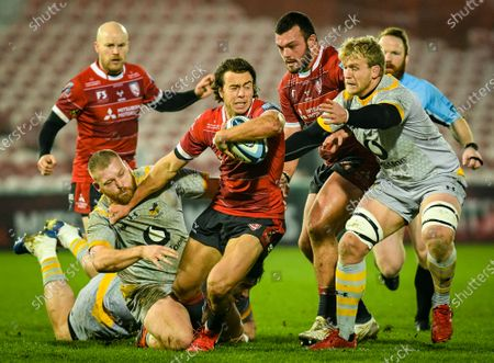 Ben Morris and Tom West of Wasps attempt a tackle on Lloyd Evans of Gloucester Rugby during the Gallagher Premiership match between Gloucester Rugby and Wasps, 28 November 2020.