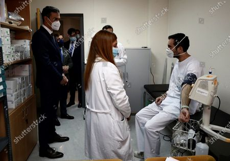 A handout photo made available by the Spanish Prime Minister's Office shows Spanish Prime Minster, Pedro Sanchez (L), during his visit to the Clinical Research and Clinical Trial Central Unit at La Paz Hospital in Madrid, Spain, 27 November 2020.