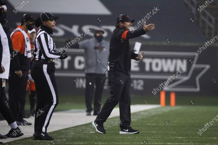 Arkistokuva kohteesta Oregon State coach Jonathan Smith calls out to players during the first half of the team's NCAA college football game against Oregon in Corvallis, Ore