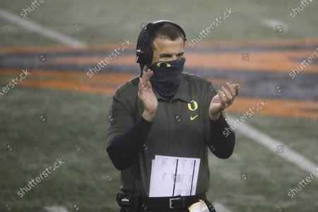 Oregon coach Mario Cristobal celebrates an Oregon touchdown during the first half of an NCAA college football game against Oregon State in Corvallis, Ore Stok Resim