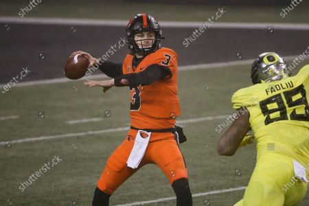 Oregon State quarterback Tristan Gebbia looks for a receiver during the first half of the team's NCAA college football game against Oregon in Corvallis, Ore Stok Görsel