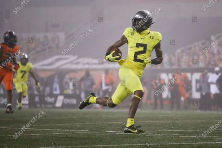 Arkistokuva kohteesta Oregon wide receiver Devon Williams (2) runs to the end zone for a touchdown reception during the first half of the team's NCAA college football game against Oregon State in Corvallis, Ore