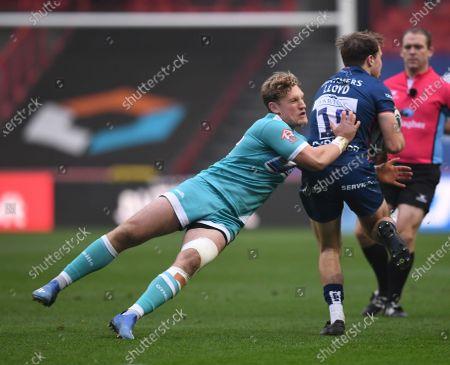 Tom Howe of Worcester Warriors tackles Ioan Lloyd of Bristol Bears; Ashton Gate Stadium, Bristol, England; Premiership Rugby Union, Bristol Bears versus Worcester Warriors.