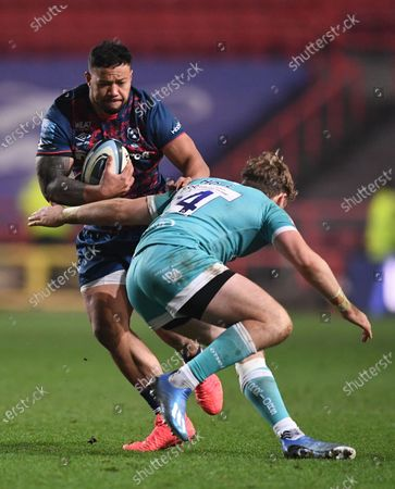 Tom Howe of Worcester Warriors tackles Alapati Leiua of Bristol Bears; Ashton Gate Stadium, Bristol, England; Premiership Rugby Union, Bristol Bears versus Worcester Warriors.