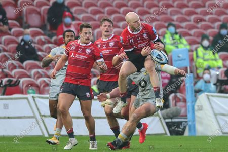 Former Wasps player Joe Simpson tries to catch an aerial ball