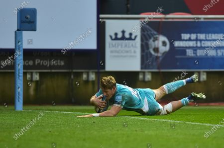 Tom Howe of Worcester Warriors scores a try