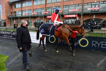 FAIRYHOUSE 29-November-2020. The Baroneracing.com Drinmore Novice Chase (Grade 1) ENVOI ALLEN and Jack Kennedy are greeted by trainer Gordon Elliott after they were easy winners for owner Cheveley Park Stud. Healy Racing