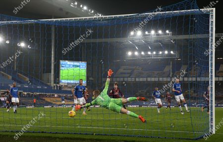 Goalkeeper Jordan Pickford (C) of Everton concedes a goal from Raphinha of Leeds during the English Premier League soccer match between Everton FC and Leeds United in Liverpool, Britain, 28 November 2020.