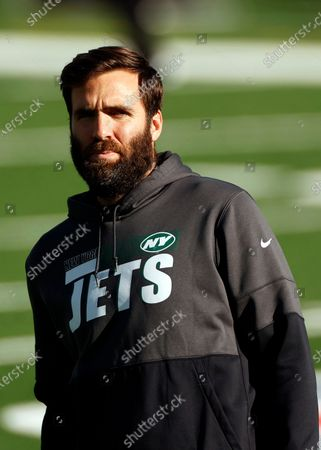 New York Jets quarterback Joe Flacco (5) talks with members of the Miami Dolphins before an NFL football game, in East Rutherford, N.J