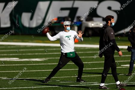 New York Jets quarterback Sam Darnold (14) and New York Jets quarterback Joe Flacco (5) warm up before taking on the Miami Dolphins in an NFL football game, in East Rutherford, N.J