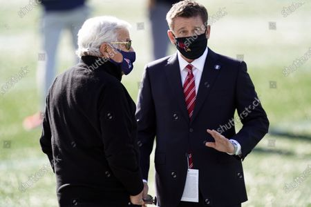 New England Patriots owner Robert Kraft, left, speaks with Arizona Cardinals owner Michael Bidwill before an NFL football game, in Foxborough, Mass
