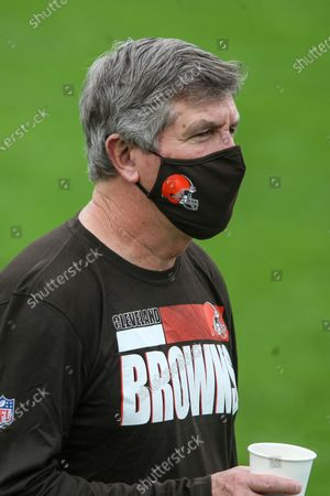 Cleveland Browns offensive line coach Bill Callahan wears a FOCO mask during warm-ups before an NFL football game against the Jacksonville Jaguars, in Jacksonville, Fla