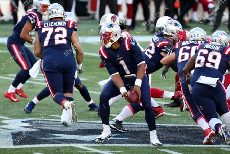 Foxborough, MA, USA; New England Patriots quarterback Cam Newton (1) pitches the ball during the NFL game between Arizona Cardinals and New England Patriots at Gillette Stadium
