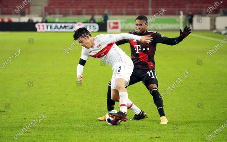 l-r: im Zweikampf, Aktion, with Wataru Endo #3 (VfB Stuttgart) and Douglas Costa #11 (FC Bayern Muenchen), VfB Stuttgart vs. FC Bayern Muenchen, 1. Bundesliga