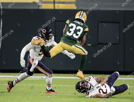 Chicago Bears inside linebacker Danny Trevathan (L) moves to tackle Green Bay Packers running back Aaron Jones (C) as Jones leaps over Chicago Bears cornerback Kyle Fuller (R) during the NFL game between the Chicago Bears and the Green Bay Packers at Lambeau Field in Green Bay, Wisconsin, USA, 29 November 2020.