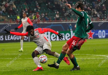 Salzburg's Sekou Koita, left, and Lokomotiv's Vedran Corluka challenge for the ball during the Champions League, group A, soccer match between Lokomotiv Moscow and RB Salzburg at the Lokomotiv stadium in Moscow, Russia