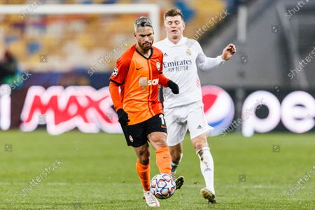 Marlos Bonfim of Shakhtar (L) is chased by Toni Kroos of Real Madrid (R)