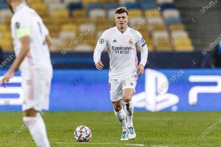Toni Kroos of Real Madrid controls the ball