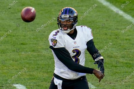Baltimore Ravens quarterback Robert Griffin III (3) passes against the Pittsburgh Steelers in the first half during an NFL football game, in Pittsburgh