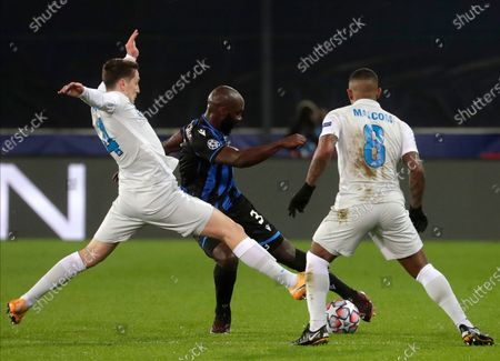 Brugge's Eder Balanta (C) in action against Zenit players Daler Kuzyaev (L) and Malcom (R) during the UEFA Champions League group F soccer match between Club Brugge and Zenit St. Petersburg in Bruges, Belgium, 02 December 2020.