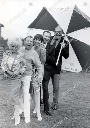 Carry On Stars Reunion: Left To Right: Barbara Windsor Terry Scott Anita Harris Jack Douglas And Bernard Bresslaw At The Plough Inn Windmore Hill Near Amersham Baclay.