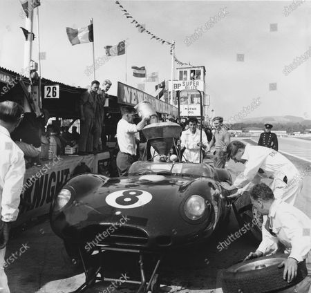Goodwood, West Sussex, Great Britain. 5th September 1959. Rd 5. Peter Blond/Jonathan Sieff (Lister Jaguar), retired, pit stop action.  World Copyright: LAT Photographic. Ref:  5039.