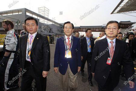 Korea International Circuit, Yeongam-Gun,South Korea. 14th October 2012. Kim Hwang-sik, Prime Minister of South Korea (Right). World Copyright:Charles Coates/LAT Photographic