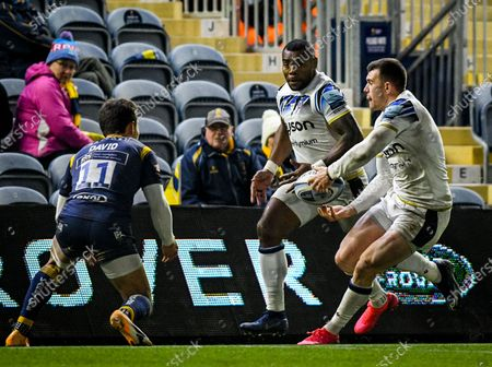 Ben Spencer of Bath Rugby passes the ball to Semesa Rokoduguni of Bath Rugby during the Gallagher Premiership match between Worcester Warriors and Bath Rugby, 05 December 2020.
