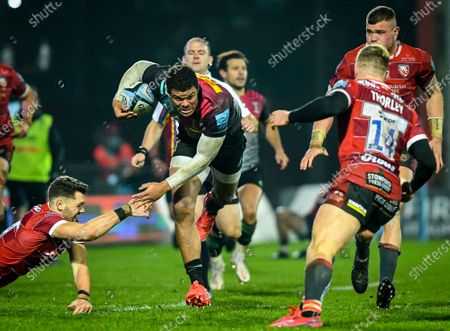 Mark Atkinson of Gloucester Rugby attempts a tackle on Nathan Earle of Harlequins during the Gallagher Premiership match between Gloucester Rugby and Harlequins, 06 December 2020.
