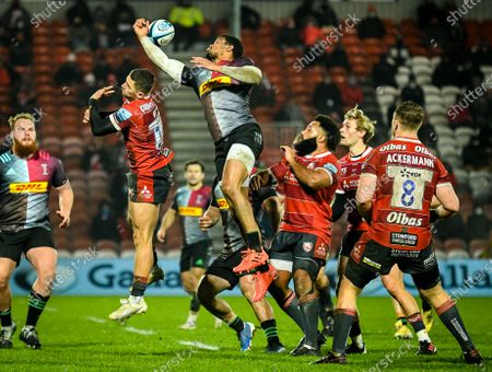 Nathan Earle of Harlequins goes up for the high ball during the Gallagher Premiership match between Gloucester Rugby and Harlequins, 06 December 2020.