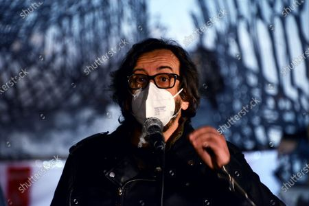 Daniele Vicari . This Piazza is Still Ours. The activists of the Nuovo Cinema Palazzo resist the eviction and enliven Piazza dei Sanniti with meetings, music and speeches