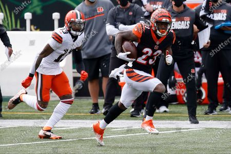 Cincinnati Bengals cornerback Darius Phillips #23 and Cleveland Browns wide receiver Odell Beckham Jr. #13 during an NFL football game between the Cleveland Browns and the Cincinnati Bengals, in Cincinnati