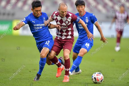 Andres Iniesta (C) of Vissel Kobe vies with Lee Ki-Je (L) and Han Suk-Jong of Suwon Samsung Bluewings during the Group G match between Vissel Kobe of Japan and Suwon Samsung Bluewings of South Korea at the AFC Champions League 2020 in Doha, capital of Qatar, Dec. 4, 2020.