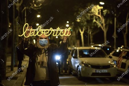 A Catalan independentista wearing a face mask holds a luminous object written on freedom.About 200 people went to the doors of the Barcelona prison of Wad-Ras to wait for the arrival of the former president of the Parliament of Catalonia, Carme Forcadell, one of the political prisoners of the Catalan independence process. Carme Forcadell has re-entered the Barcelona prison of Wad-Ras this Friday to serve her sentence in the second degree, once the Supreme Court has revoked the semi-release of the nine prisoners of the process.