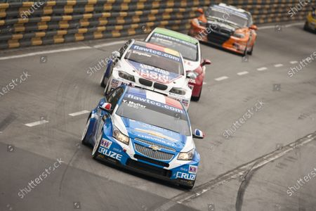 16th - 19th November 2011.  Circuit de Guia, Macau.  Yvan Muller, Chevrolet Cruze leads Franz Engstler, BMW 320.  Action.  World Copyright: Drew Gibson/LAT Photographic.